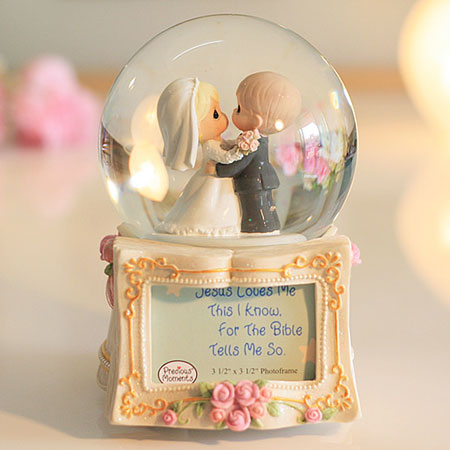 Wedding Music Box Kissing Couple Musical Snow Globes